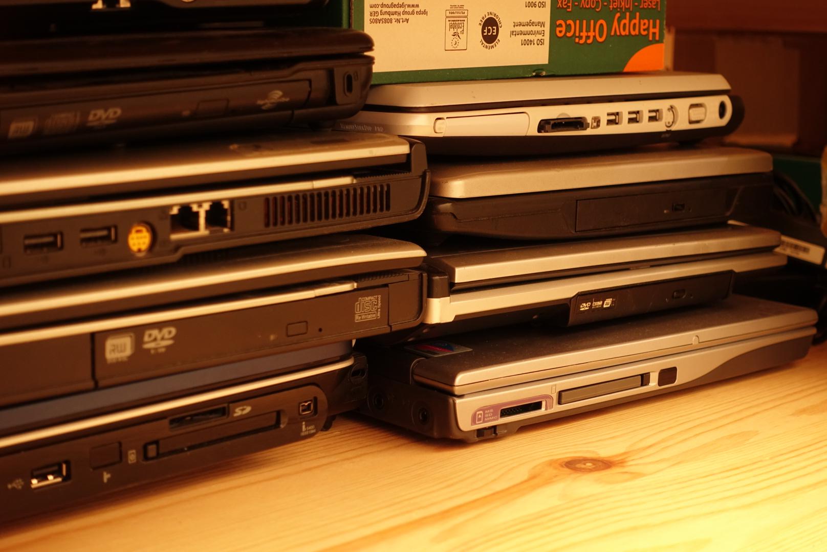 Sammlung von alten Laptops