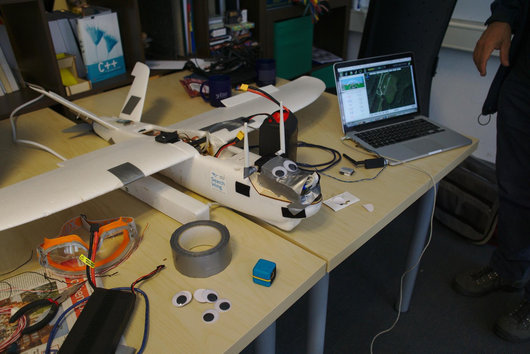 Drohne mit Wackelaugen