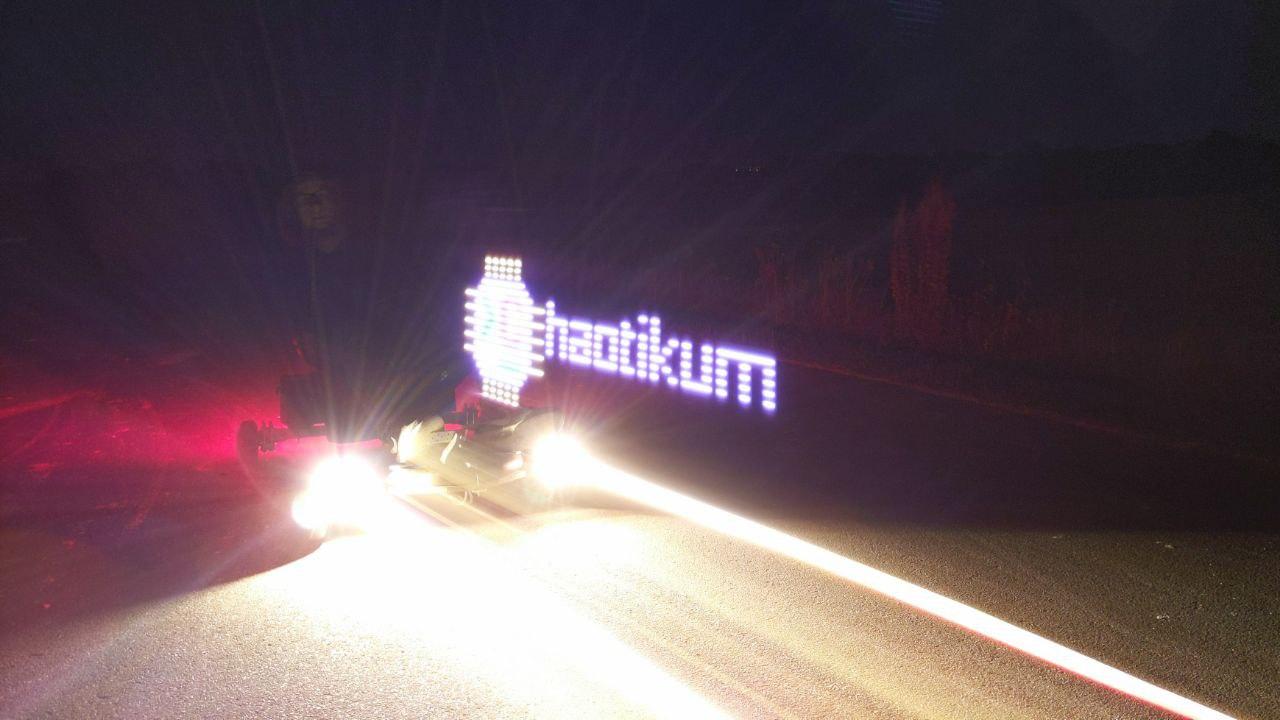 Ein schnell fahrender 3K4R7 und ein paar LEDS - Fertig ist das Logo