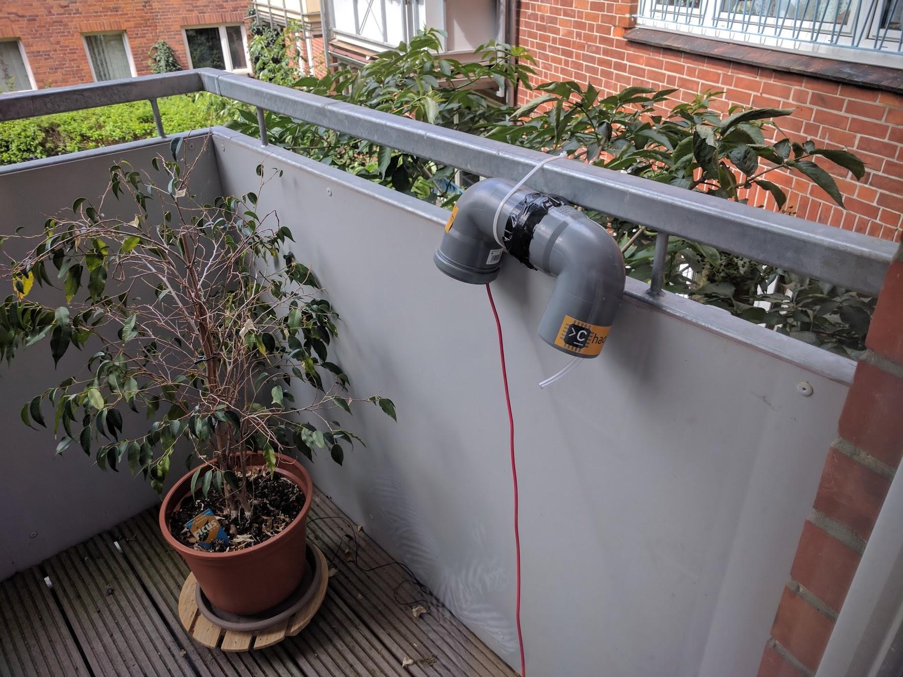 Feinstaubsensor auf einem Balkon